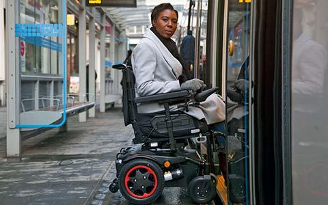 silla de ruedas eléctrica compacta que rinde también en exteriores