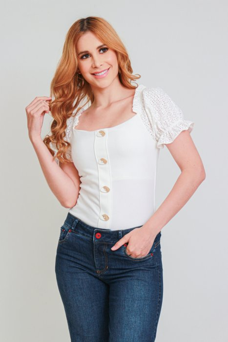 Blusa off Shoulders con Mangas en ojalillo
